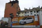 reklama samochodu na billboardzie